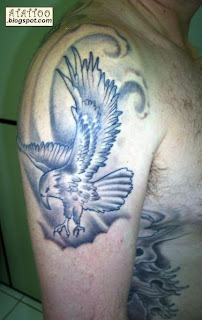 Águia preto e cinza no braço