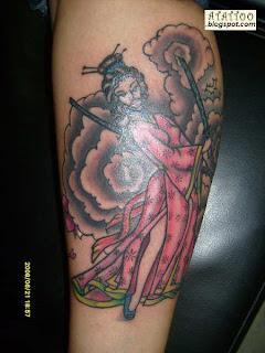 Gueixa tatuada na perna