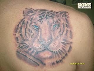 Tigre tatuado na parte alta das costas