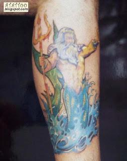 Netuno tatuado na perna