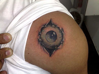 Olho tatuado no ombro