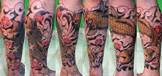 Duas carpas tatuadas na perna