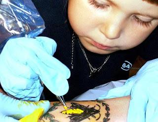 Emilie Darrigade tatuando seu pai
