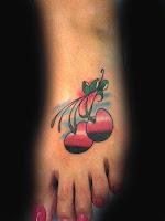 Cerejas tatuadas no pé