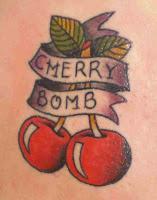 Tatuagem de cerejas com faixa e escrita