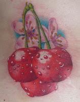Tatuagem de cereja com flores