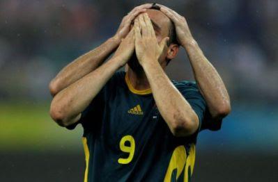 O jogador leva as mãos ao rosto e à cabeça
