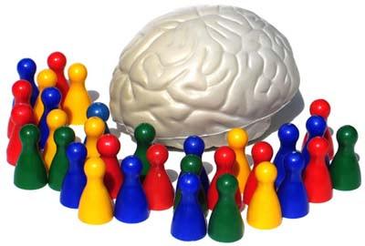 Grupo de pinos de jogos de tabuleiros, de várias cores, reunidos em volta de um cérebro