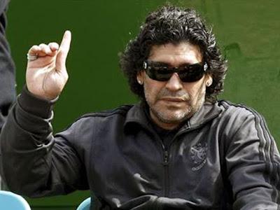 Maradona com dedo erguido em sinal de presente