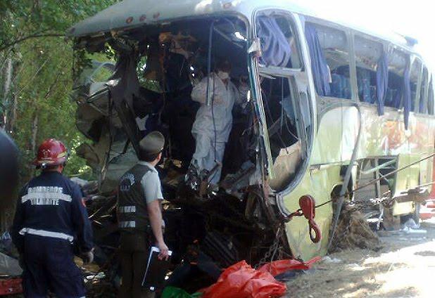 Al menos 19 muertos en colisión de bus contra dos camiones en la Autopista del Sol.