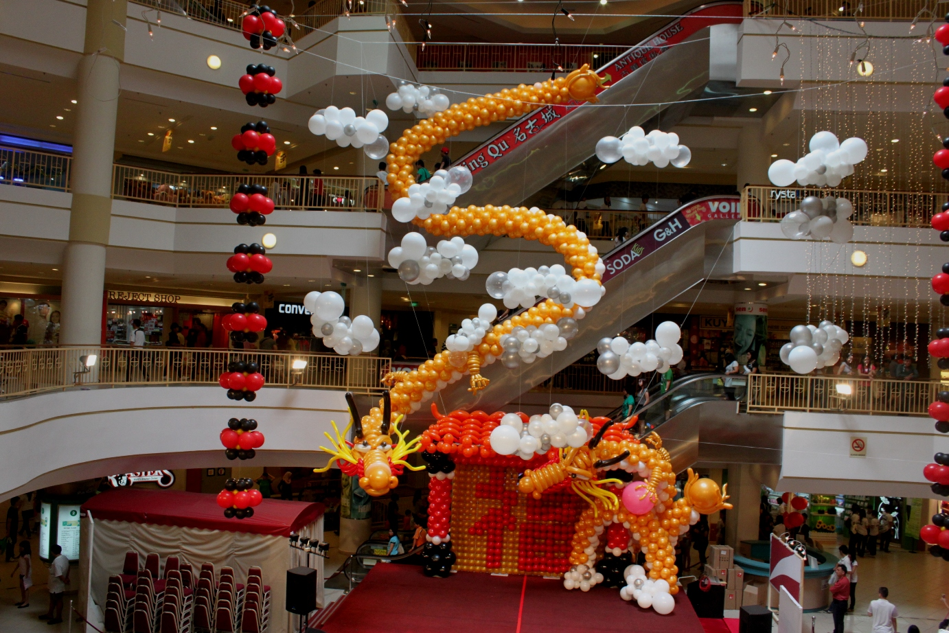 Xing fu majestic balloon dragons for Air filled balloon decoration ideas