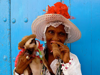 Fabulous Image of a Havana woman with Cat and enjoys an immense Cigar in Cuba