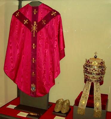 EL ANACRÓNICO FASTO DEL VATICANO Pio_XII-vitrina