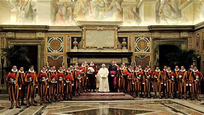 EL ANACRÓNICO FASTO DEL VATICANO Pio_XII_guardia_papa