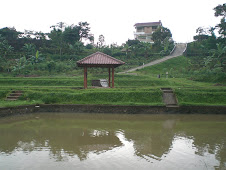View dari kolam di lembah ke rumah di atas bukit