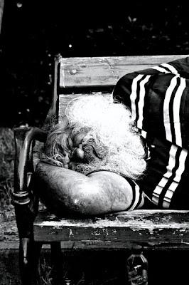 poza_mos_craciun_obosit
