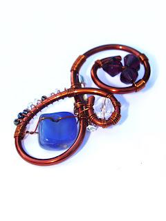 brosa handmade din sarma de cupru, margele de nisip, cristale de sticla, agata albastra