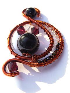 pandantiv handmade din sarma de cupru, margele de nisip si de sticla, cristale de sticla, perla de sticla