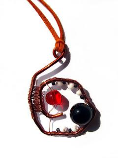 pandantiv handmade din sarma de cupru, margele de nisip si de sticla