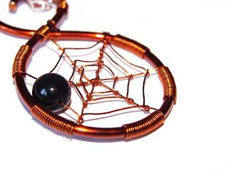 pandantiv handmade din sarma de cupru, perla si cristal de sticla