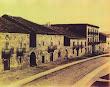 La calle del Puente. Al fondo, el edificio de La Casona. La foto parece tomada desde una ventana o balcón del Parador de Diligencias
