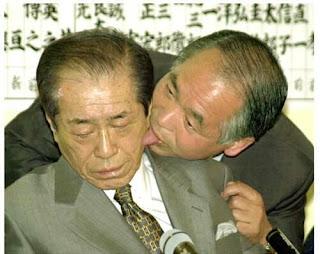 Concour : Quelles sont les images les plus fuckées ou qui se résument par WTF? Wtf-is-wrong-with-these-political-chinese-licking-his-face-wtf