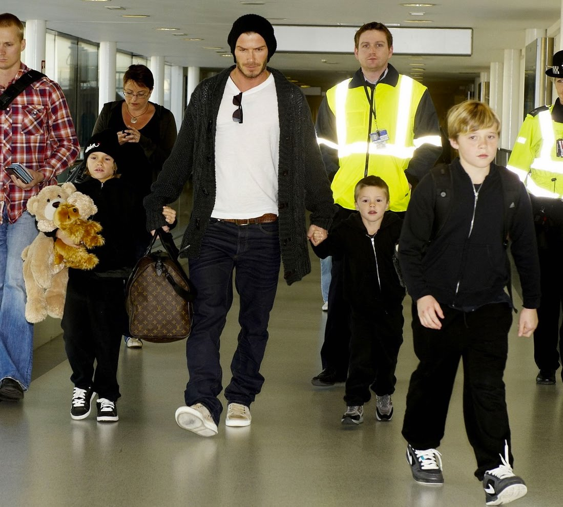 http://3.bp.blogspot.com/_oPedipdWDzI/TF4FUZxtXcI/AAAAAAAAC6k/6TKGFX1MIAU/s1600/David+Beckham+e+filhos.jpg