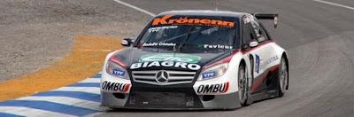 [Clic para agrandar - Diruscio y su 'Mercedes' - automOndo - foto Armando Rivas prensa]