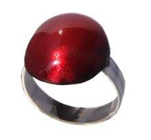 anillo con esmalte rojo