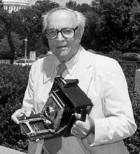 William Gottlieb e sua câmera, em julho de 1997. Crédito: John Higgis, Library of Congress Bulletin