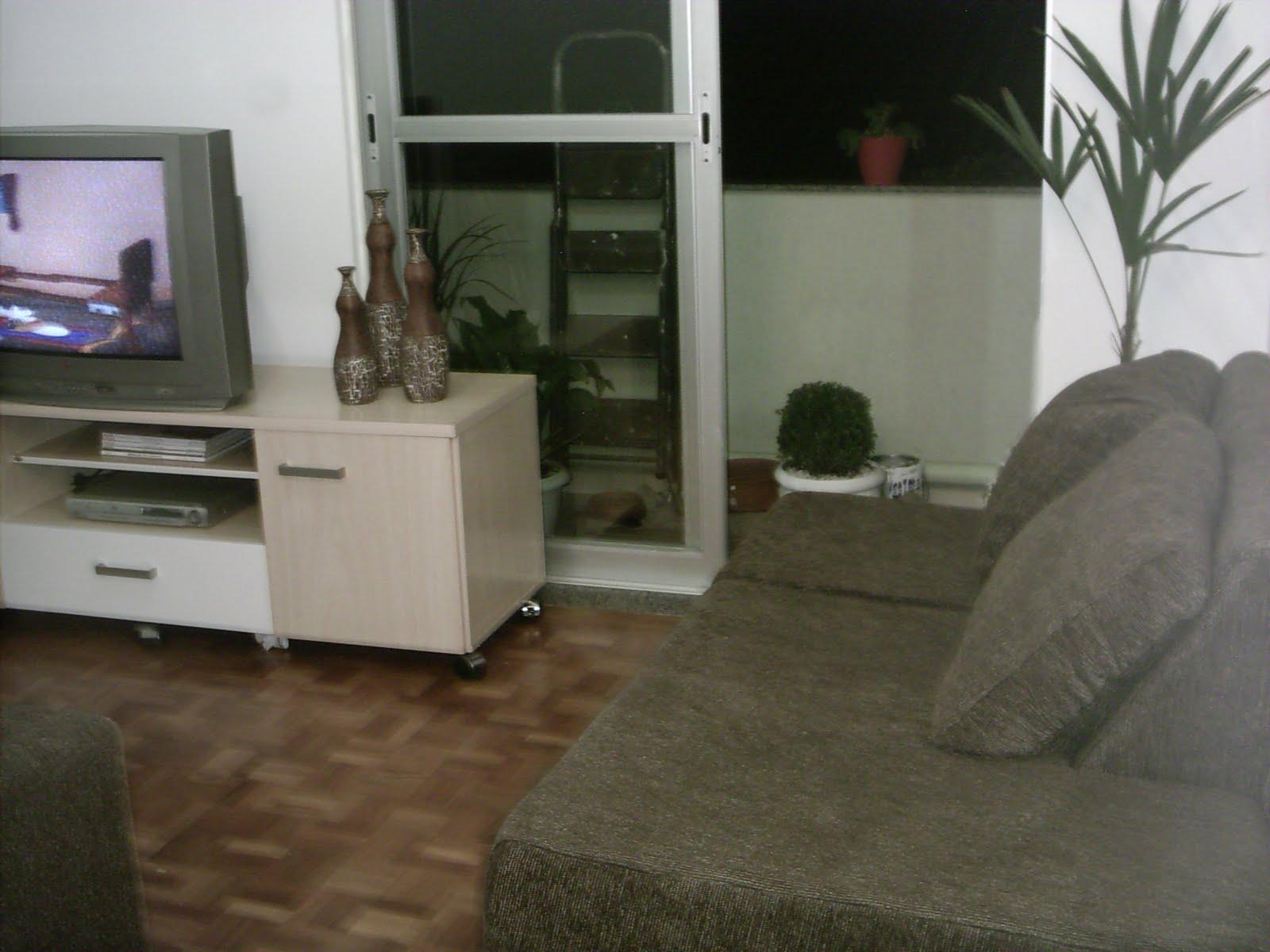 decoracao sofa branco: tapete claro? Reformar o rack e deixá-lo branco? Trocar o assoalho