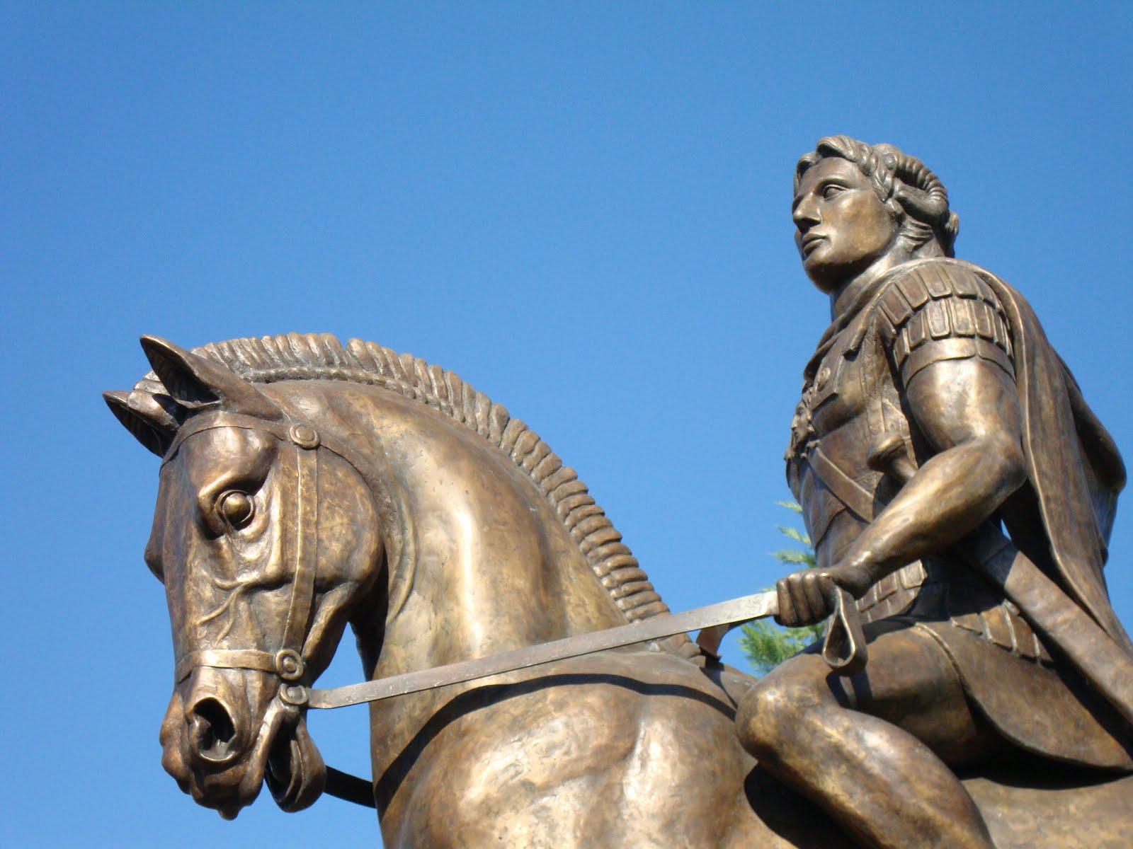 Με κάθε επισημότητα έγιναν τα αποκαλυπτήρια του Αγάλματος του Μ. Αλεξάνδρου στα Γιαννιτσά