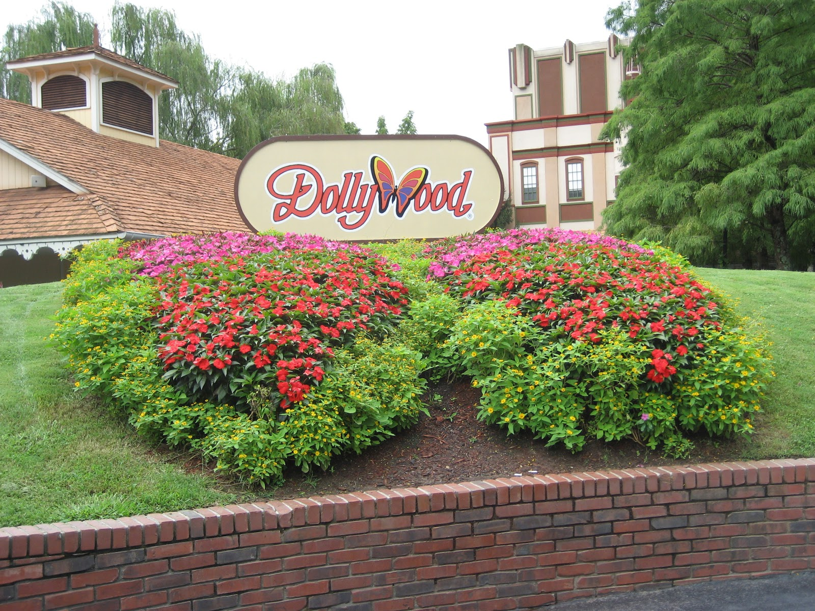 smoky dollywood gatlinburg cabin and of tennessee near forge in cabins the tn miss pin pigeon dolly mountains rentals
