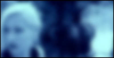 Blond flicka på blå bakgrund