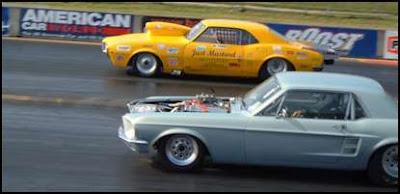 två sportbilar som tävlar