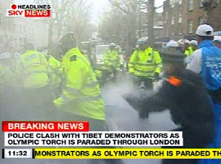 लंदन में बीजिंग ओलंपिक मशाल बुझाने की कोशिश