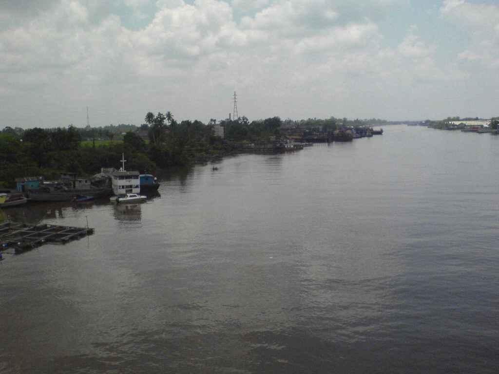 Sungai kapuas merupakan sungai yang berada di kalimantan barat. sungai