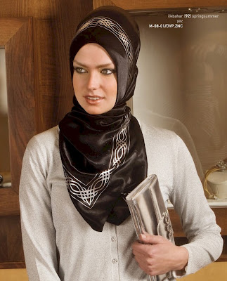 The Turkish hijab also creates a hump on the head.
