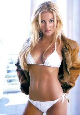Elisha Cuthbert In Sexy Bikini