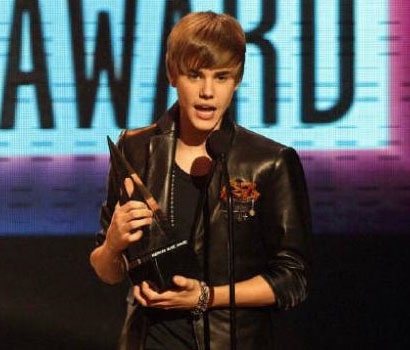bieber jackson. Singer Justin Bieber accepts
