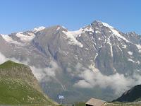 La grande montagne se nomme Grosses Wiesbachhorn 3564m, la montagne au centre gauche a un nom rigolo: Vorderer Bratschenkopf (= la tête de l'alto de devant)