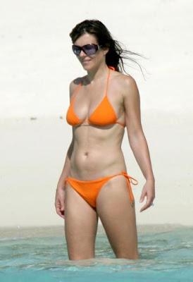 elizabeth-hurley-bikini-seychelles-2.jpg