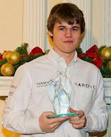 Magnus Carlsen con el trofeo de campeón del torneo de ajedrez Chess Classic de Londres 2010