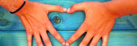 manos forma corazon