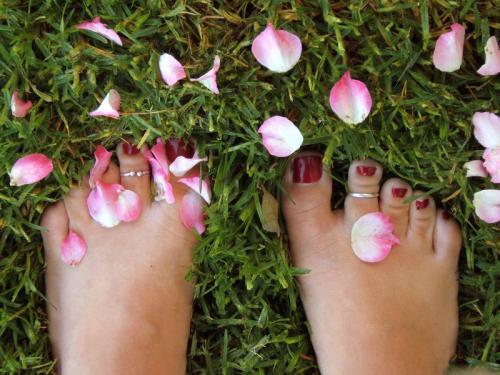 pies descalzos tierra pasto