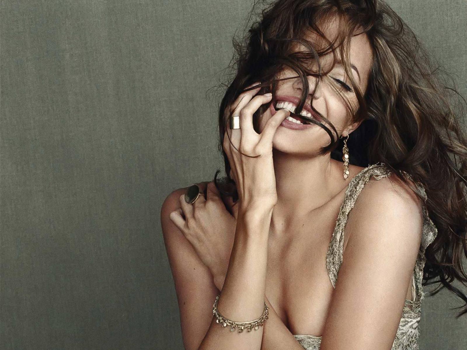 http://3.bp.blogspot.com/_p2EstT5Z5BU/THtqO-VeydI/AAAAAAAAAsY/S2eNuiL0aTA/s1600/Angelina+Jolie+Wallpapers+3.jpg