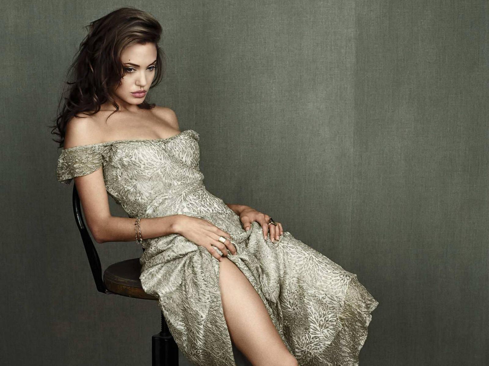 http://3.bp.blogspot.com/_p2EstT5Z5BU/THtqPbc8lkI/AAAAAAAAAsg/X5RpIoe2XP8/s1600/Angelina+Jolie+Wallpapers+4.jpg
