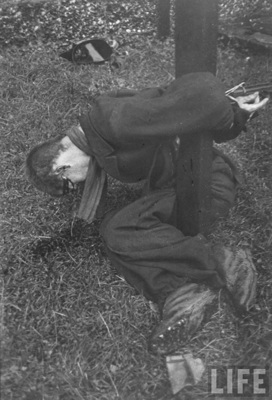 représailles (pendant ou à la fin de la guerre) Execution+of+Nazi+collaborationist+Milice+(Vichy+police)03