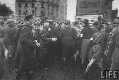 Execution+of+Nazi+collaborationist+Milice+%28Vichy+police%2917 Foto Eksekusi Mati Para Kolaborasionis Nazi di Perancis