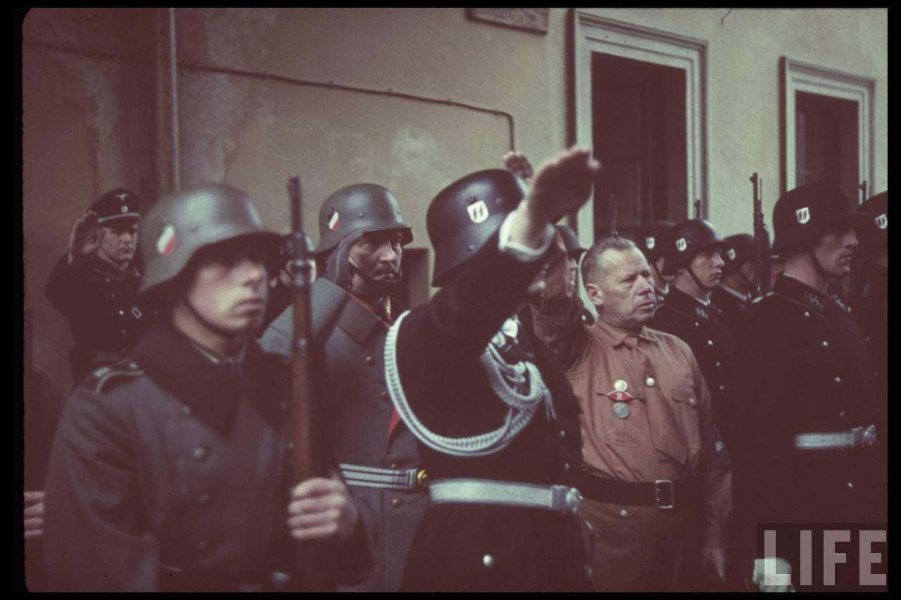 photos de hugo jaeger (photographe de Adolf Hitler ) Munich+Germany+November+9,+1938+during+the+remembrance+of+the+Putsch04